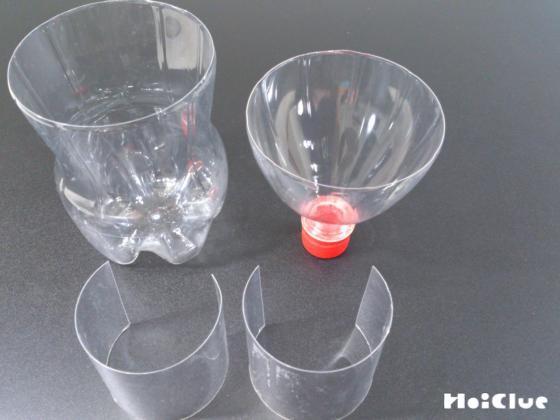 ペットボトルを3つに切り、真ん中の部分を縦半分に切った写真