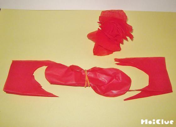 赤い花紙で同様におってとめた写真