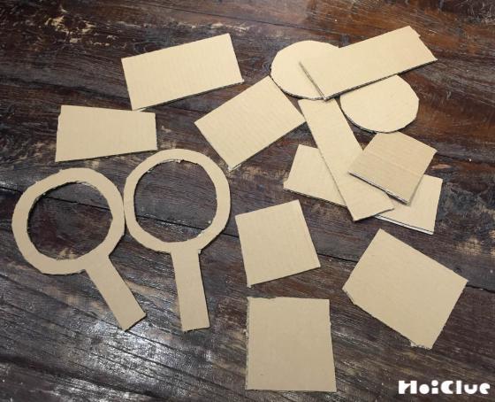 ダンボールをポイと四角形に切り取った写真