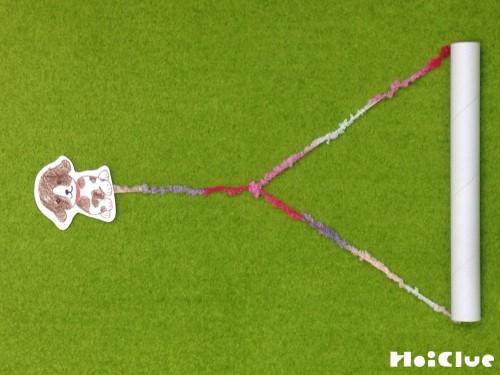 ラップの芯と動物をタコ糸で繋いた写真