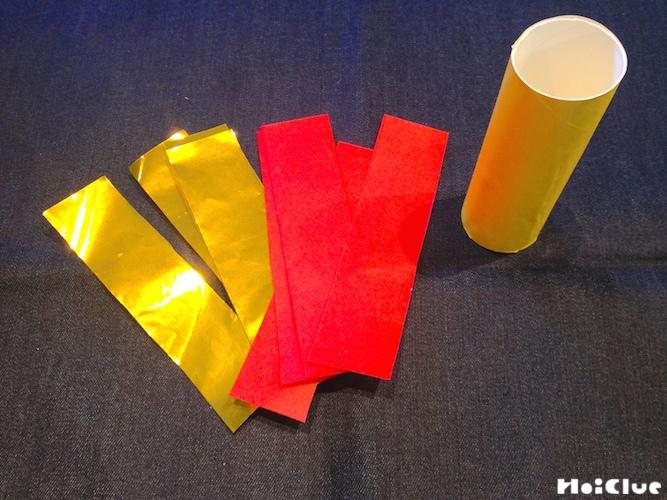 トイレットペーパーの芯と縦4等分に切った折り紙の写真